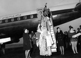 Los Reyes magos llegan en avión. De drie wijze koningen stappen uit het vliegtuig in Barajas luchthaven (Madrid)
